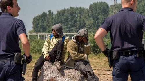 Qui est Emmanuel Macron ? - Page 3 .des-policiers-surveillent-des-migrants-a-calais-le-1er-juin-2017_5897721_m